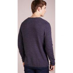 DRYKORN HEATH Sweter dark blue. Niebieskie swetry klasyczne męskie marki DRYKORN, m, z dekoltem karo. Za 419,00 zł.