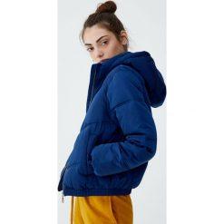 Pikowana kurtka z kapturem. Zielone kurtki damskie pikowane marki Pull&Bear, z kapturem. Za 139,00 zł.