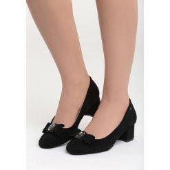 Czarne Czółenka Dangerous Night. Czarne buty ślubne damskie marki Born2be, z aplikacjami, ze skóry, z okrągłym noskiem, na słupku. Za 79,99 zł.
