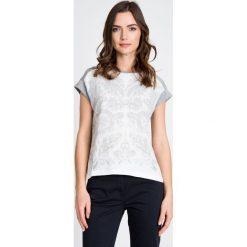 Bluzki damskie: Szara bluzka z wypukłym printem QUIOSQUE