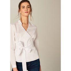 Koszule wiązane damskie: Biała koszula z kopertowym dekoltem - Biały