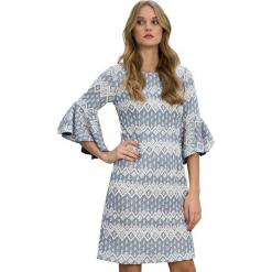Sukienka w kolorze jasnoniebieskim. Niebieskie sukienki na komunię marki Almatrichi, m, z okrągłym kołnierzem, midi, proste. W wyprzedaży za 179,95 zł.