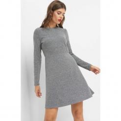 Trapezowa sukienka z koronką. Szare sukienki dzianinowe marki Orsay, na co dzień, w koronkowe wzory, dekolt w kształcie v, dopasowane. Za 79,99 zł.