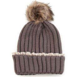 Czapka damska z koronką i pomponem brązowa. Brązowe czapki zimowe damskie Art of Polo, w koronkowe wzory, z koronki. Za 36,52 zł.