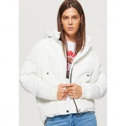 Krótka kurtka z kapturem - Biały. Białe kurtki damskie marki Cropp, l, z kapturem. Za 249,99 zł.