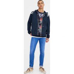 Jeansy skinny fit z efektem sprania. Szare jeansy męskie relaxed fit marki Pull & Bear, okrągłe. Za 69,90 zł.
