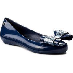 Baleriny ZAXY - Pop Glam II Fem 82299 Navy 01380 AA285067 02064. Niebieskie baleriny damskie lakierowane Zaxy, z tworzywa sztucznego, na płaskiej podeszwie. W wyprzedaży za 159,00 zł.
