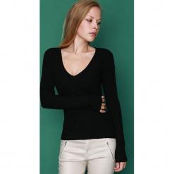 Sweter w kolorze czarnym. Czarne swetry klasyczne damskie marki William de Faye, z kaszmiru. W wyprzedaży za 113,95 zł.