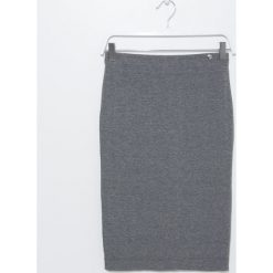 Spódnica. Szare spódnice wieczorowe marki Simple, z dzianiny, ołówkowe. Za 239,90 zł.