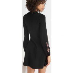 Sukienki dzianinowe: Dzianinowa sukienka z haftem
