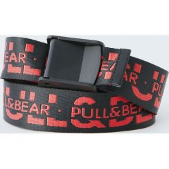 Parciany pasek z czerwonymi literami. Czerwone paski męskie Pull&Bear, w paski. Za 49,90 zł.