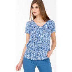 Bluzki asymetryczne: Wzorzysta bluzka z falbanką
