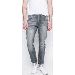 G-Star Raw - Jeansy D-Staq. Szare jeansy męskie slim marki G-Star RAW, z bawełny. W wyprzedaży za 399,90 zł.