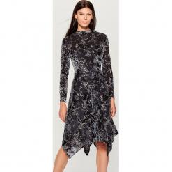 Sukienka z tkaniny devore - Szary. Szare sukienki z falbanami Mohito, l, z tkaniny. Za 199,99 zł.