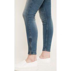 Lee - Jeansy Scarlett. Niebieskie jeansy damskie marki Lee, z aplikacjami, z bawełny. W wyprzedaży za 259,90 zł.