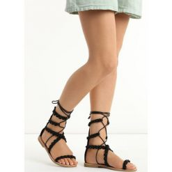 Czarne Sandały Passionate. Czarne sandały damskie Born2be, w paski, na płaskiej podeszwie. Za 79,99 zł.