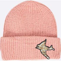 Pieces - Czapka Regitta. Różowe czapki zimowe damskie Pieces, na zimę, z dzianiny. W wyprzedaży za 49,90 zł.