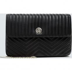 Czarna pikowana torebka na ramię. Czarne torebki klasyczne damskie marki Pull&Bear, pikowane. Za 79,90 zł.