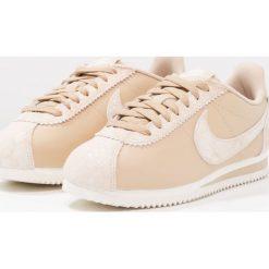 Trampki damskie slip on: Nike Sportswear CLASSIC CORTEZ PRM Tenisówki i Trampki sail
