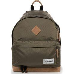 """Plecak """"Wyoming"""" w kolorze khaki - 30 x 40 x 18 cm. Brązowe plecaki męskie Eastpak, w paski, z materiału. W wyprzedaży za 173,95 zł."""
