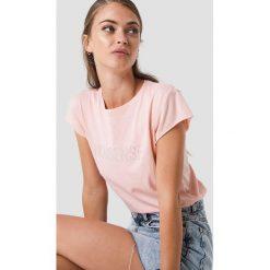 NA-KD T-shirt z błyszczącym napisem Nonsense - Pink. Różowe t-shirty damskie NA-KD, z napisami, z okrągłym kołnierzem. W wyprzedaży za 51,07 zł.