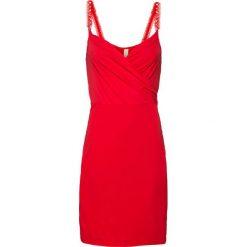 Sukienka z ramiączkami z perełkami bonprix truskawkowy. Czerwone sukienki balowe bonprix. Za 109,99 zł.