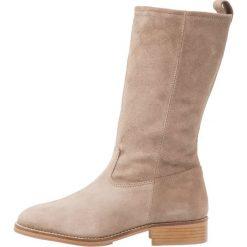 KIOMI Kozaki taupe. Niebieskie buty zimowe damskie marki KIOMI. W wyprzedaży za 407,20 zł.