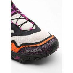 Salewa ULTRA TRAIN Obuwie hikingowe papyrus/purple wine. Brązowe buty trekkingowe damskie Salewa, z gumy, outdoorowe. W wyprzedaży za 389,35 zł.