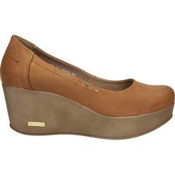 CZÓŁENKA KARINO 0959/005-P. Brązowe buty ślubne damskie Casu, na koturnie. Za 189,99 zł.