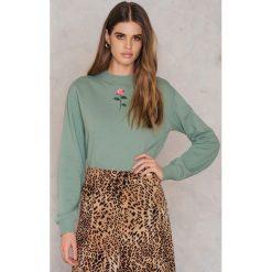 Bluzy damskie: NA-KD Bluza z haftowaną różą – Green