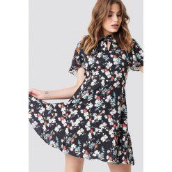 Trendyol Sukienka mini w kwiaty - Multicolor. Szare sukienki mini marki Trendyol, na co dzień, z elastanu, casualowe, dopasowane. Za 80,95 zł.
