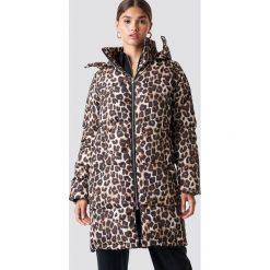 NA-KD Trend Długa kurtka watowana w cętki - Brown,Multicolor. Białe kurtki damskie marki NA-KD Trend, z nadrukiem, z jersey, z okrągłym kołnierzem. Za 364,95 zł.