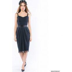 Czarny charakter - sukienka o gorsetowym fasonie. Czarne sukienki na komunię Pakamera, z gorsetem, na ramiączkach, midi, dopasowane. Za 649,00 zł.
