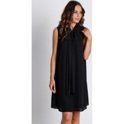 Czarna sukienka z szarfą na dekolcie  BIALCON. Czarne sukienki marki BIALCON, na imprezę, na lato, z tkaniny, eleganckie, z kopertowym dekoltem, kopertowe. W wyprzedaży za 105,00 zł.