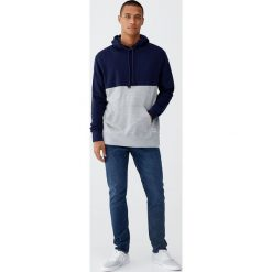 Ciemnoniebieskie jeansy slim comfort fit. Szare jeansy męskie relaxed fit Pull&Bear. Za 89,90 zł.