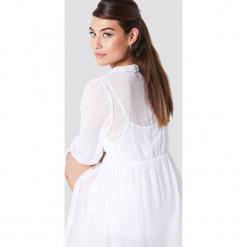 NA-KD Boho Sukienka maxi z falbaną - White. Niebieskie długie sukienki marki NA-KD Boho, na imprezę, w koronkowe wzory, z koronki, boho, na ramiączkach. W wyprzedaży za 142,07 zł.