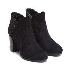 Botki w kolorze czarnym. Czarne buty zimowe damskie Carla Samuel, na zimę. W wyprzedaży za 139,95 zł.