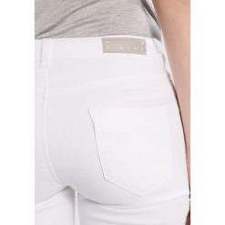 Sisley MEDIUM RISE 5 POCKET Jeansy Slim Fit white. Białe boyfriendy damskie Sisley. Za 259,00 zł.