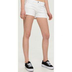 Szorty damskie: Szorty z wiązaniem na nogawkach – Biały
