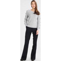 Swetry damskie: Vila VIMYNTANI Sweter light grey melange