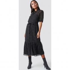 Sisters Point Sukienka Eliza - Black. Sukienki małe czarne Sisters Point, w paski, z falbankami, z krótkim rękawem. Za 283,95 zł.
