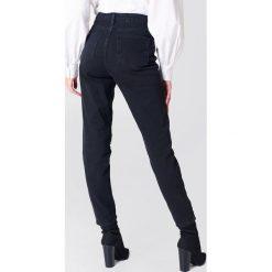 NA-KD Jeansy Pearl Knee - Black. Czarne proste jeansy damskie marki NA-KD, z jeansu. W wyprzedaży za 40,19 zł.