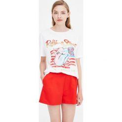 Biała koszulka The Rolling Stones. Białe t-shirty damskie Pull&Bear. Za 69,90 zł.
