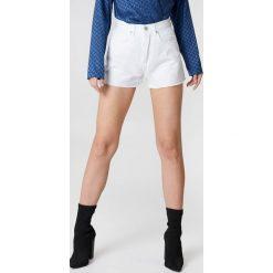 Bermudy damskie: NA-KD Trend Jeansowe spodenki z wysokim stanem – White