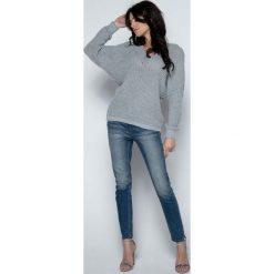 Szary Sweter Krótki Oversizowy z Dekoltem V. Czerwone swetry klasyczne damskie marki Molly.pl, l, z jeansu, biznesowe, z dekoltem na plecach, z długim rękawem. Za 98,90 zł.