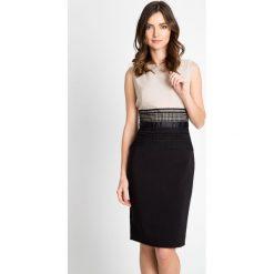 Ołówkowa taliowana sukienka QUIOSQUE. Szare sukienki marki QUIOSQUE, na sylwestra, z materiału, z kopertowym dekoltem, bez rękawów, kopertowe. W wyprzedaży za 119,99 zł.