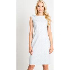 Pastelowa błękitna sukienka z połyskiem QUIOSQUE. Niebieskie sukienki balowe QUIOSQUE, na spotkanie biznesowe, z tkaniny, z kopertowym dekoltem, bez rękawów, mini, dopasowane. W wyprzedaży za 139,99 zł.