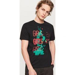 T-shirty męskie z nadrukiem: T-shirt z nadrukiem i napisem – Czarny