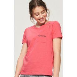Bawełniany t-shirt z kieszenią - Pomarańczo. Różowe t-shirty damskie Sinsay, l, z bawełny. W wyprzedaży za 14,99 zł.