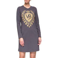 Sukienka w kolorze szarym. Szare sukienki marki YULIYA BABICH, xs, z nadrukiem, z okrągłym kołnierzem. W wyprzedaży za 149,95 zł.